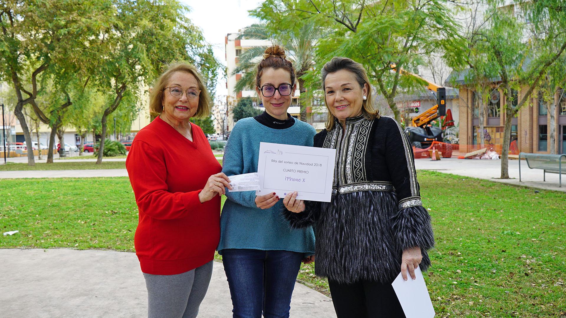 Abigail López ha recogido el cuarto premio en nombre de Maria Luisa Cava de Llano