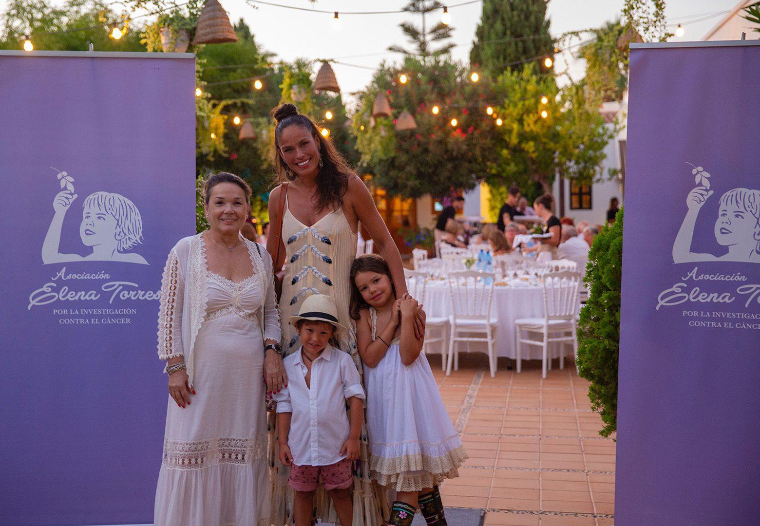 Nuestra presidenta, Mari Carmen junto a nuestra madrina, Mireia Canalda con sus hijos. Foto: Felipe López